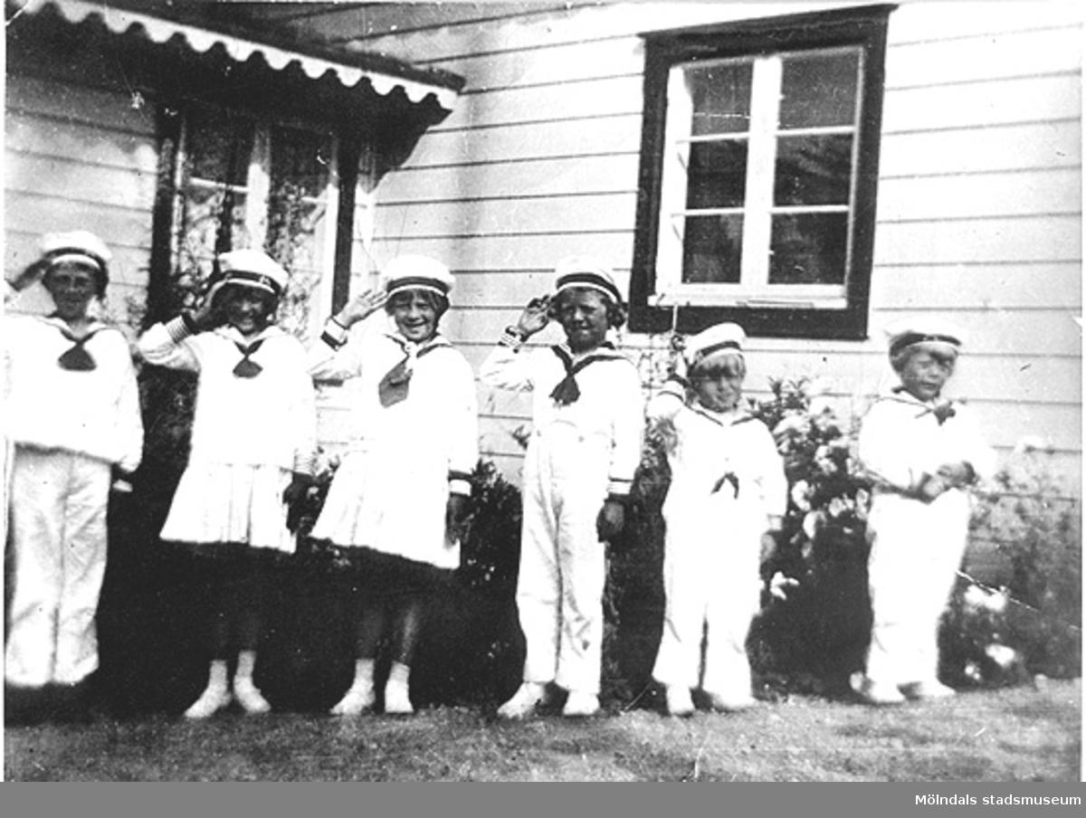 Karl och Ester Alberts sex barn som står uppställda på rad, klädda i sjömanskostymer. Från vänster: Karl-Erik, Gunnel, Ingvor, Bengt, Stig och Claes (saknas gör Olle f.1920 och Bo f. 1925). Tulebo i Kållered, 1920-tal.