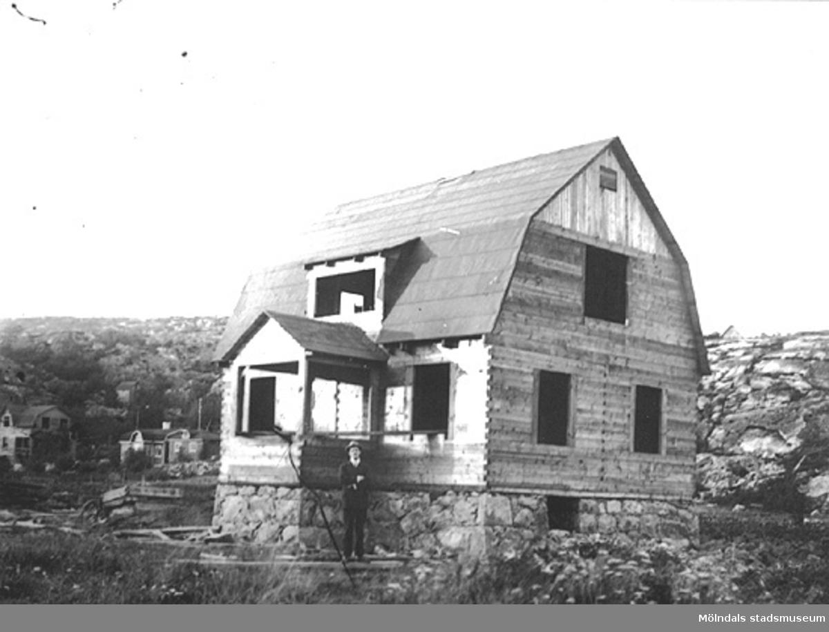 Fässbergsgatan 31 i Toltorpsdalen, Mölndal, ca 1923. Ett hus under byggnation.
