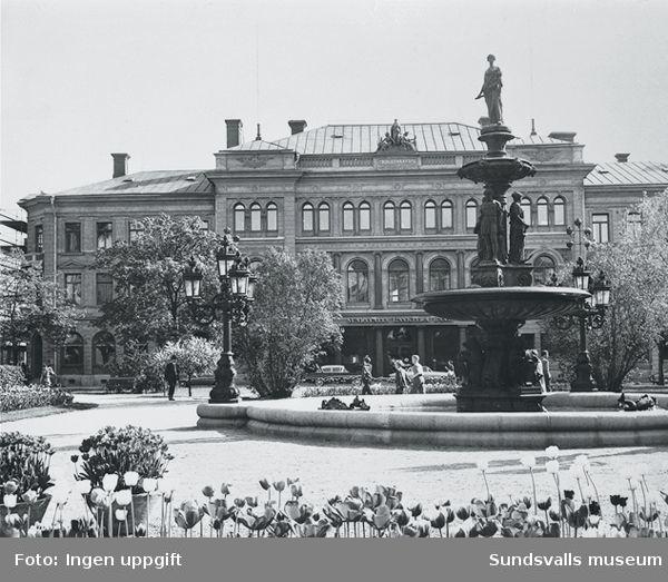 Bilden visar  kvarteret Pan (Sundsvalls enskilda bank)framför den finns Gisbergs fontän vid Vängåvan.