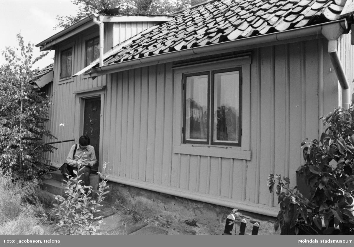 Exteriörbild av bostadshus på Roten M 13 i Mölndals Kvarnby, 1972.
