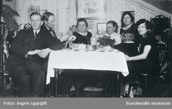 Familjen Wikner, Skönsmon firar (jul?). Till höger Harry Andersson gift med Julia, Gustav gift med Judith, modern och Juno. På väggen föräldrarnas bröllopsfoto.