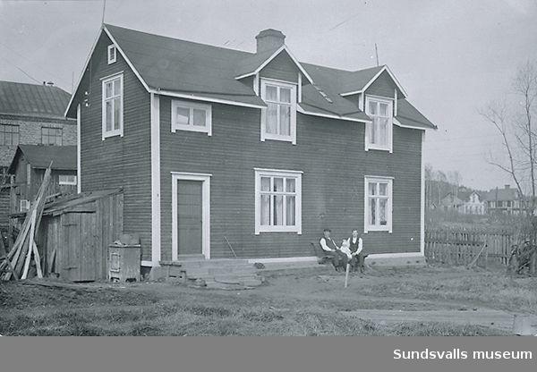 Hus i Skönsberg, inte långt från gamla Folkets Hus. Från. v. John Oskar Bergvall f. 1880, Ellis Louise Wallström f. 1924, Nils August Wallström f. 1901.