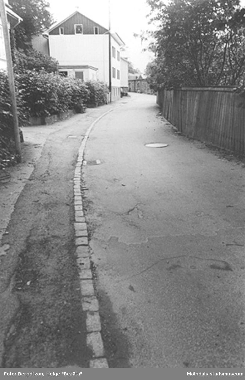 """Forsåkersgatan (Norra Forsåkersgatan) med utsikt mot """"Tvålskärarens"""" hus och Yngeredsfors el-station, cirka 1984.Numera är gatan bredare sedan Papyrus """"dragit"""" sig lite västerut. Det renoverade huset kallades på 1920-talet för """"Tvålskärarens"""", enligt Helge Berndtzons anteckningar."""
