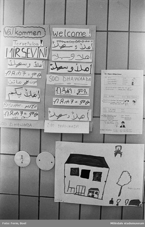 Några barnteckningar uppsatta på en kakelvägg. Dokumentation av Sagåsens flyktingförläggning, 1992.