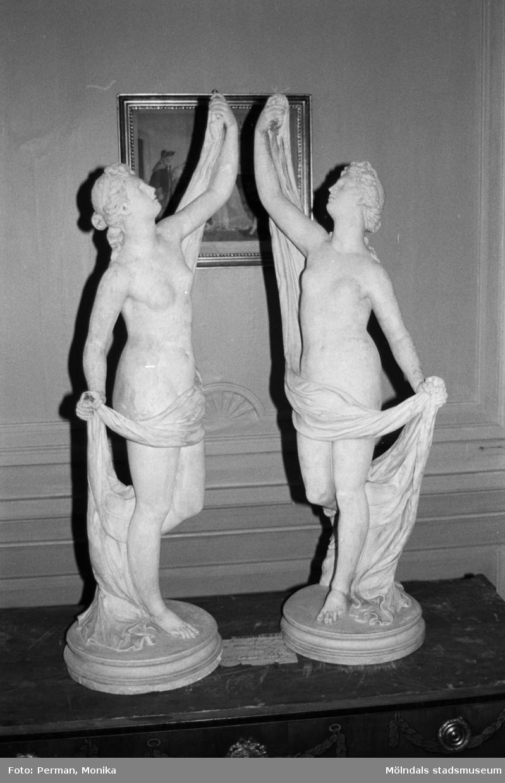 Antikvarisk storstädning på Gunnebo slott 1992. Två kvinnoskulpturer på en byrå.
