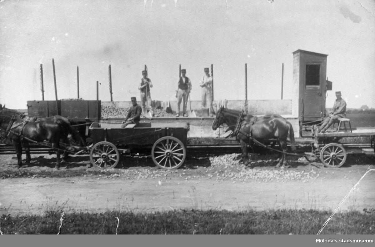Den första järnvägen gick väster om Sagsjön, det var så bottenlöst så det höll inte, ett ånglok sjönk ner i djupet med förare och allt. 1920. Det ligger kvar ännu, efter det lades järnvägen över Sagsjön istället. Man bröt sten i Kållered där Makadambolaget nu ligger, på så sätt kom Makadambolaget till.