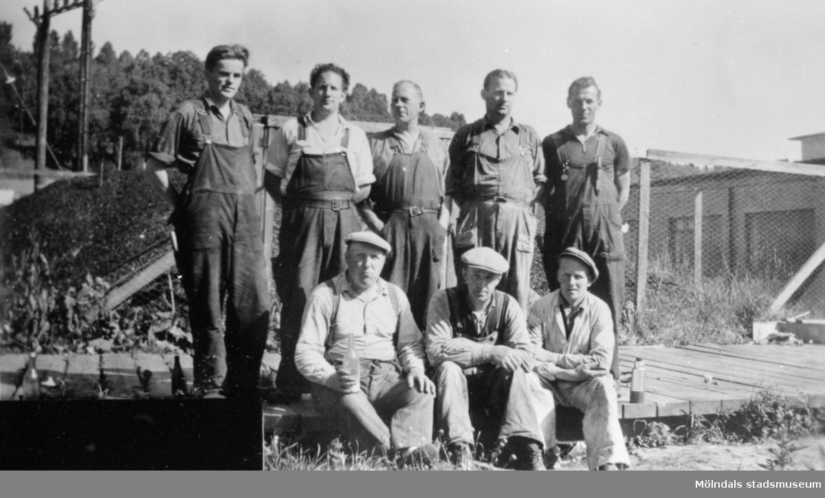 Arbetare som troligtvis ingick reparationsgruppen står uppställda utanför färgeriet på August Werners fabriker, cirka 1940- till 50-talet. Arvid Svensson som sitter längst till höger var murare. Eklund som står till vänster var eldare. Från vänster står Albert. Bakre rad från vänster står Eklund.