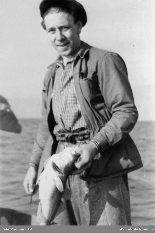 Rolf Andersson, API-arbetskamrat till Helmer Garthman, har fått en torsk. Näset, 1950-tal.
