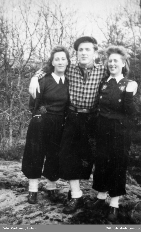 Charlie Jinnestedt håller om Elsa Jinnestedt till vänster och Astrid Garthman till höger. Fjärås Bräcka, 1940.