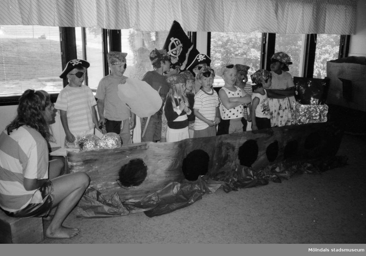 Avslutning för 6-åringarna på Katrinebergs daghem, 1992. Linda Olausson och dagisbarn.