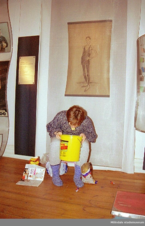 """Invigning 1995-02-05 av den tillfälliga utställningen """"Krinoliner och kortkort"""" med bl.a teatergrupp från Kalejdoteatern som agerar i utställningen.Skrivargrupp från Aktiviteten-Kroppskultur-projektet klär ut sig."""