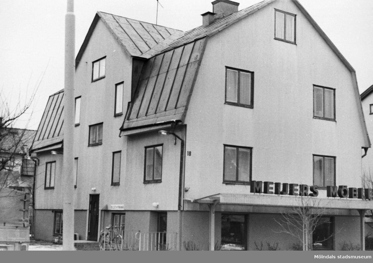 Köpman Bror Meijer ägde fastigheten på Barnhemsgatan 18 och hade här möbelhandel och biluthyrning (Meijers möbler och Biluthyrning). 1950-70-tal.