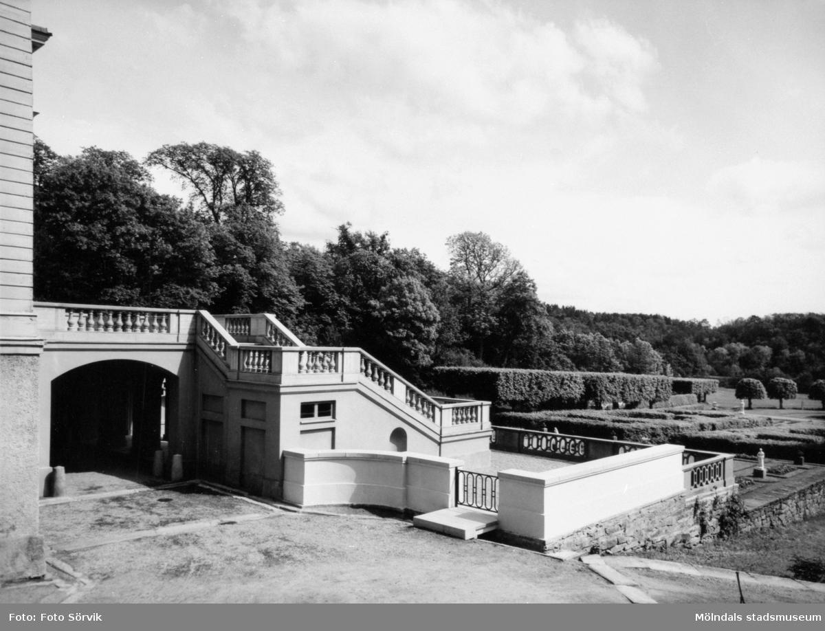 Gunnebo slottsterrass samt en del av parken, fotograferad mot sydost, 1956.