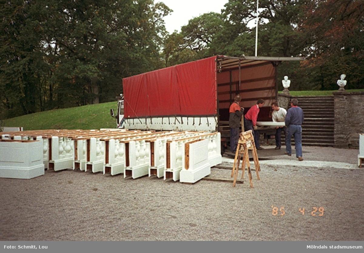 Fyra okända män som lastar ur en lastbil. Fotodokumentation vid  Gunnebo slott, september-oktober 1995.