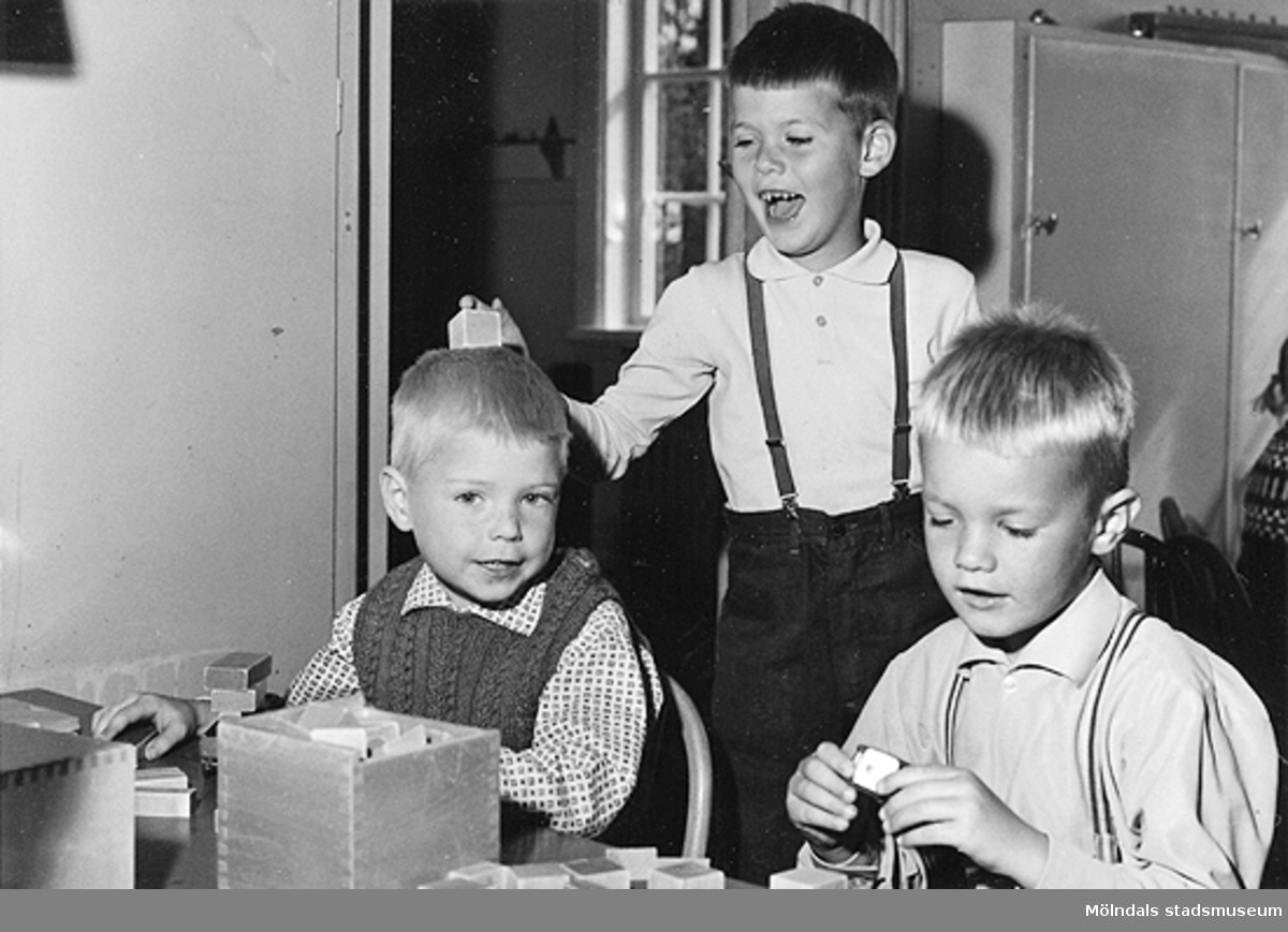 Tre pojkar som leker med byggklossar. Holtermanska daghemmet 1953.