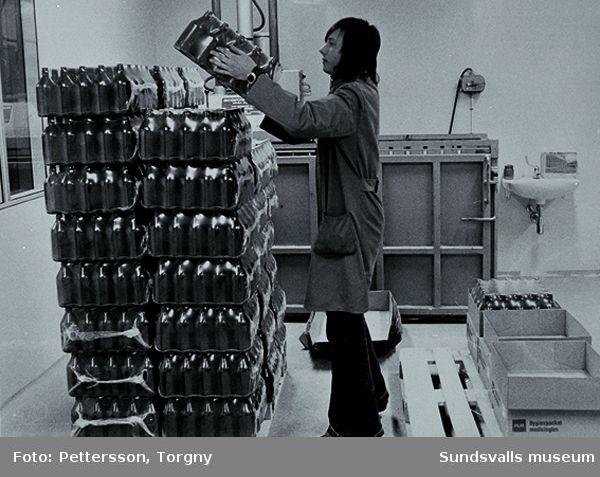 Distrikslaboratoriet i Högoms gamla skiola, Selånger sn, invigdes 1953 och flyttade 1965 till Matfors, Tuna sn.09 Laboratoriet på Apoteket Lejonet, kv Minerva 4, Storgatan 12, Sundsvall. Foto: Torgny Pettersson11 Glasflaskor lossas, fabriken i Matfors, 1970-talet. Foto: Bo Schilling12 Glasflaskor packas upp inför påfyllning, fabriken i Matfors, 1970-talet. Foto: Bo Schilling