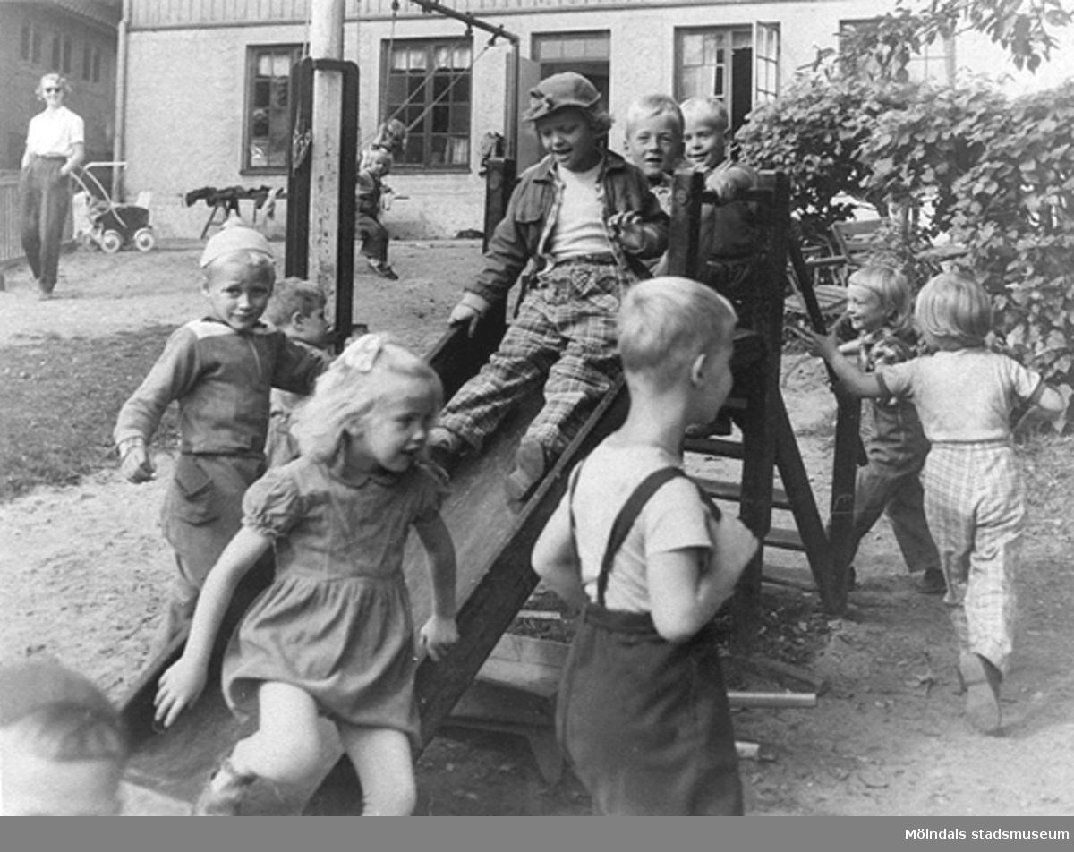 Barn som leker på skolgården, öster om Holtermanska daghemmet, okänt årtal.