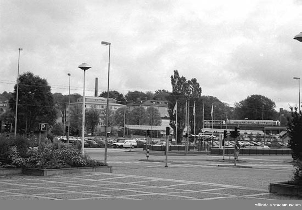 Vy mot sydost sett från Stadshusplatsen. Mölndalsbro i dag - ett skolpedagogiskt dokumentationsprojekt på Mölndals museum under oktober 1996. 1996_0913-0930 gjorda av högstadieelever från Kvarnbyskolan 9A, grupp 1. Se även gruppbilder på klasserna 1996_1382-1405 och bilder från den färdiga utställningen 1996_1358-1381.