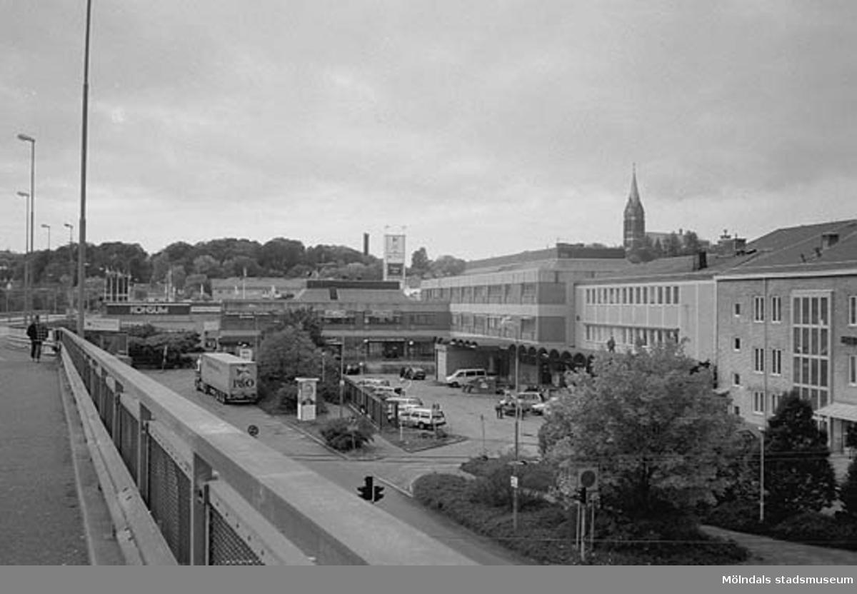 Broplatsen till höger, sedd från bron. Mölndalsbro i dag - ett skolpedagogiskt dokumentationsprojekt på Mölndals museum under oktober 1996. 1996_0950-0965 är gjorda av högstadieelever från Kvarnbyskolan 9A, grupp 3. Se även 1996_0913-0940, gruppbilder på klasserna 1996_1382-1405 samt bilder från den färdiga utställningen 1996_1358-1381.