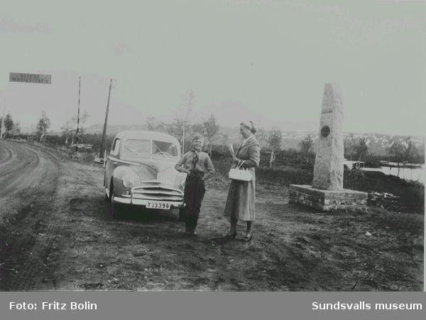 I Norge sommaren 1951. Fru Greta Bolin och sonen Lars framför bilen, en 1950 års Ford Taunus.