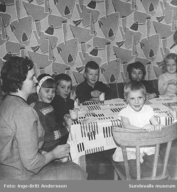 """Avslutning på barntimmarna våren 1964, där Håkan Andersson, son till Inge-Britt och Göran Andersson, deltog. Text; """"Våren 1964 slut på Barntimmarna de är Ann-Catrin o ja med skeden ja syns inte""""."""