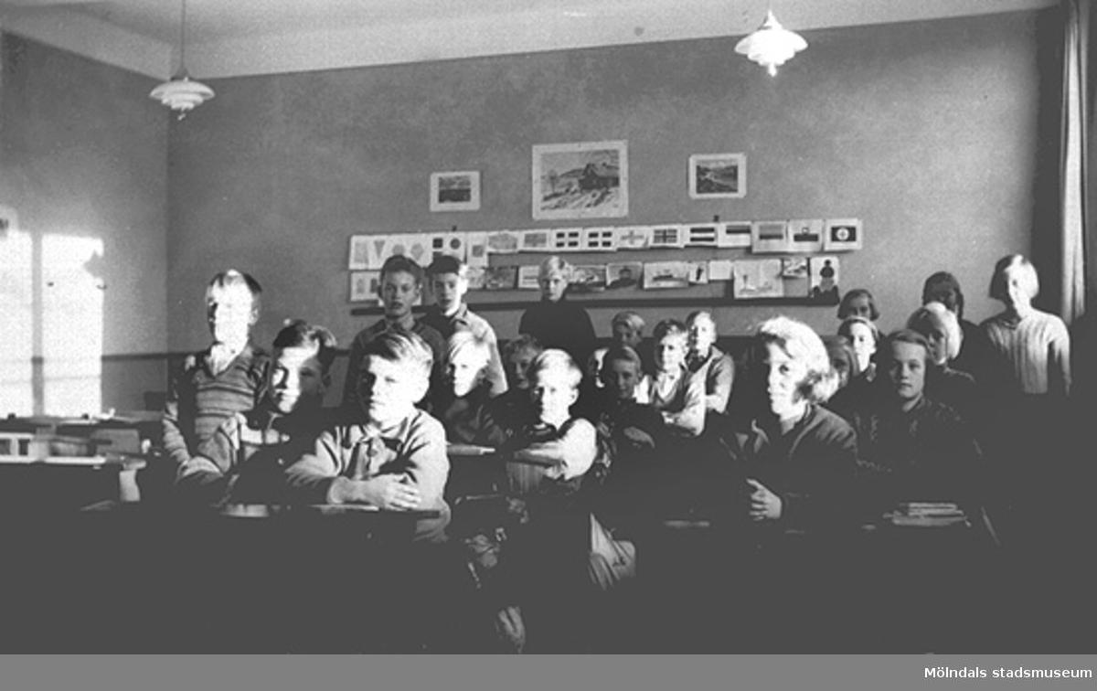 Troligen sjätte året, ht 1938. Barnen är fotograferade i klassrummet i den nya skolbyggnaden.Fotot märkt 5b på baksidan.