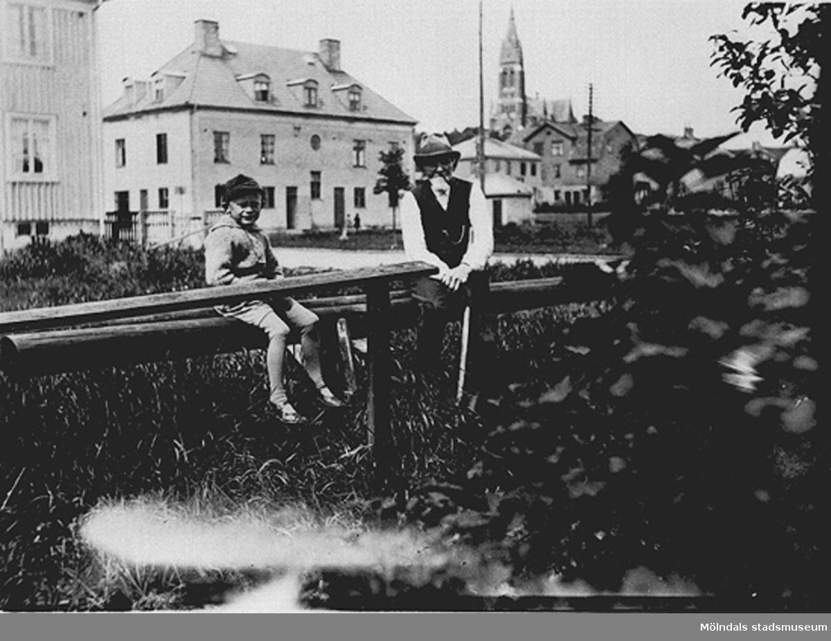 """På kortets baksida finns en lapp finns texten: """"Fru Elsie Hansson, Axg. 105, Broslätts gula ... 1927."""" Man ser Lars Hansson och hans morfar Anders Karlsson."""