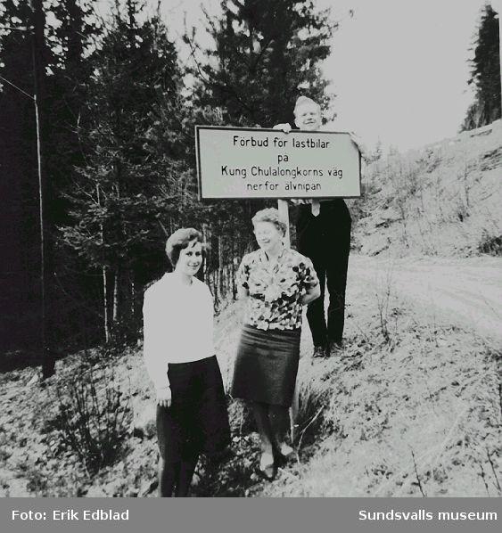 Familjen Edblad på utflykt till Kung Chulalongkorns väg i Utanede. I mitten står Siri Edblad (f. 1914) och ovanför skylten sonen Bernt.