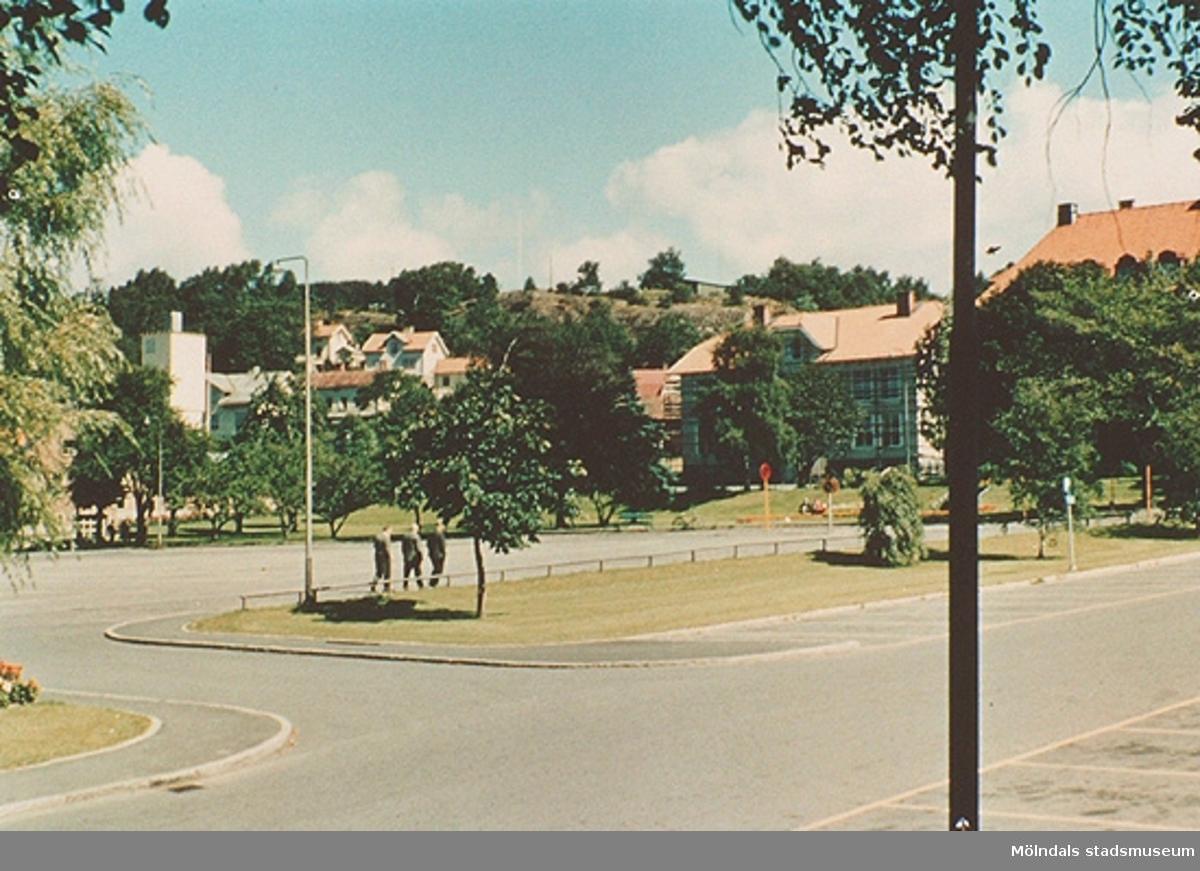 """Från vänster ses brandstationen,Trädgårdsskolan och Kvarnbyskolan (bakom träden). Från utställningen; """"Mölndals bro - minnen, förändring, framtid""""."""