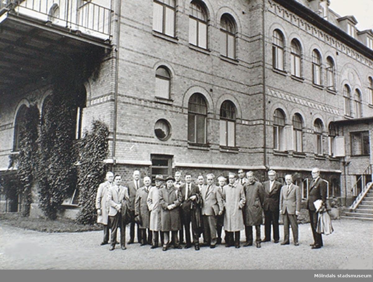 Omsorgsdirektör Arne Larsson med representanter från Göteborg, landstinget och centralstyrelsen på Styrsö vårdhem, okänt årtal. Arne Larsson var en legendarisk särskollärare som avancerade till föreståndare för Stretereds vårdhem (från 1947) och senare till omsorgsdirektör 1969–78.