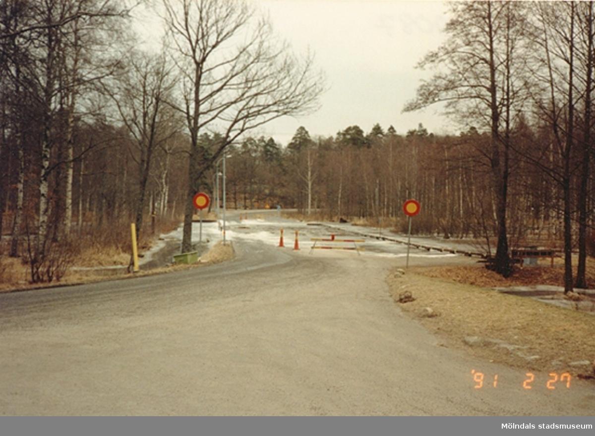Väg vid Gunnebo slotts parkering som är avstängd på grund av översvämmning, februari 1991.