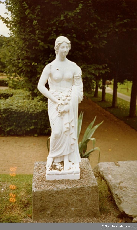 """Marmorskulptur """"Våren"""" av G. Frulli som står i Gunnebo slottspark."""