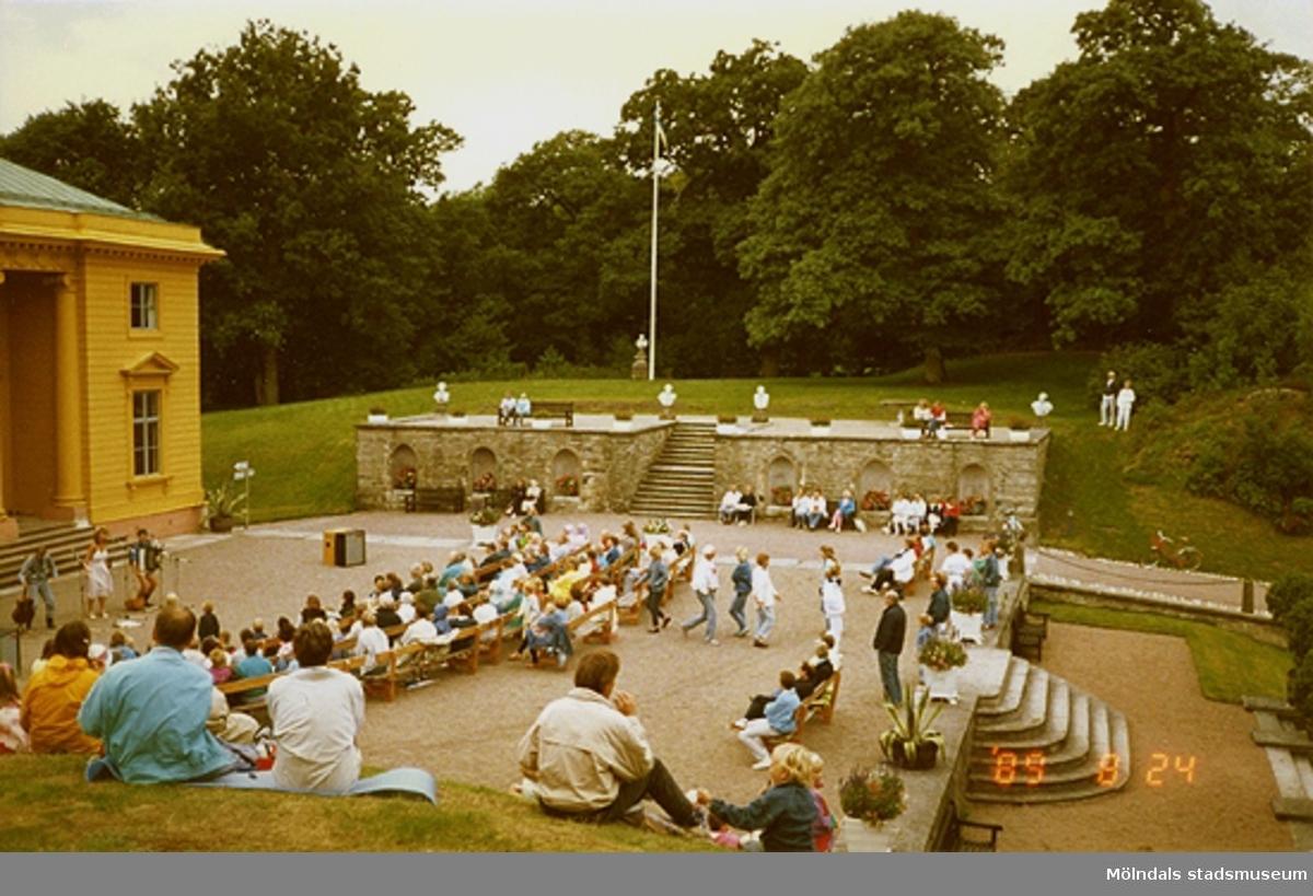 Musikunderhållning inför publik på slottets norra sida. I bakgrunden ses kejsarterrassen.
