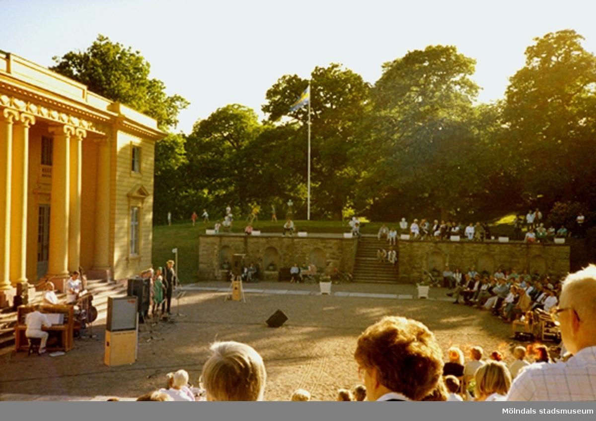 Musikunderhållning för publik framför slottet.