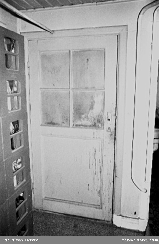 Interiör i fabriksbyggnad. Byggnadsdetalj: Dörr.
