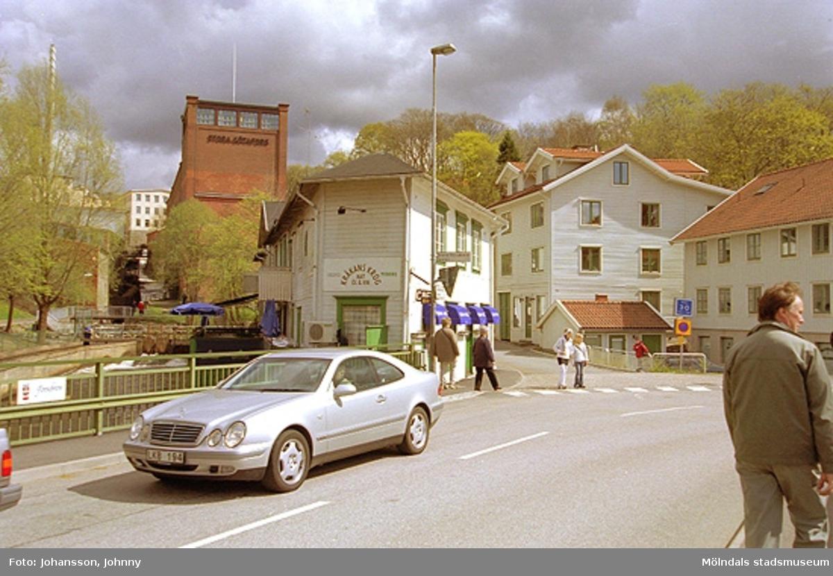 Vy från Forsebron mot Kråkans krog i början av Götaforsliden. Stora Götafors tronar till vänster i bakgrunden.