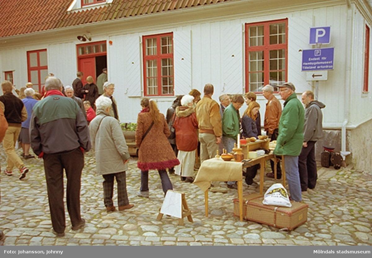 """Försäljning vid Mölndals hembygdsgård """"Kvarngården""""."""