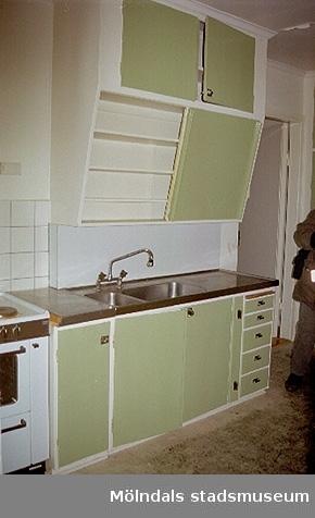 Ett brandskadat hus på Norra Forsåkersgatan 2D, Forsåker 1:25. Ljusgröna köksskåp och köksbänk med diskho, 1950-tal. Köksinventarierna finns med i Mölndals stadsmuseums Öppna Magasin. Hör ihop med: 2002_0731 - 0742.