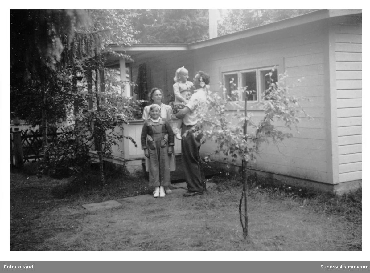 Familjen Barbro och Viktor Lindqvist med döttrarna Margareta och Britt  framför sin stuga i Tranviken.