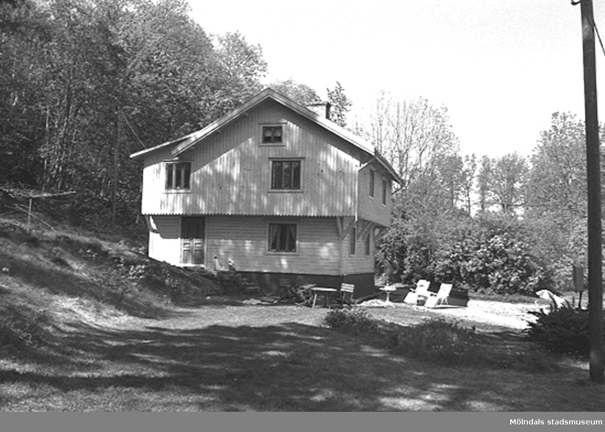 """Ett bostadshus, numera rivet, som låg där Prästgårdsgatan 27 ligger i dag. Byggnaden flyttades till platsen 1902 och var arrendatorsbostad till Fässbergs prästgård. Det låg nära """"Kaffekvarnen"""", i området söder om Fässbergs kyrkogård, alldeles intill """"Fässberget"""". Relaterat motiv: 2003_0057."""