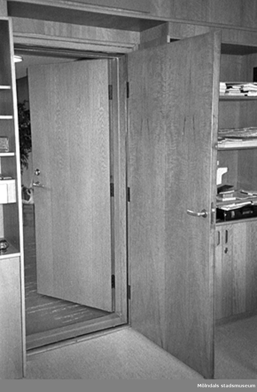 En dubbeldörr från ett kontorsrum i Mölndals stadshus, juni 1994.