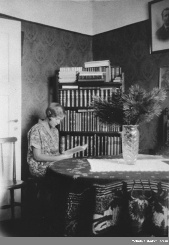 1922-25. Rosa Krantz sitter och läser i sitt hem på Stretered, Kållered.Rosa är mamma till givaren Karin Hansson f Pettersson.