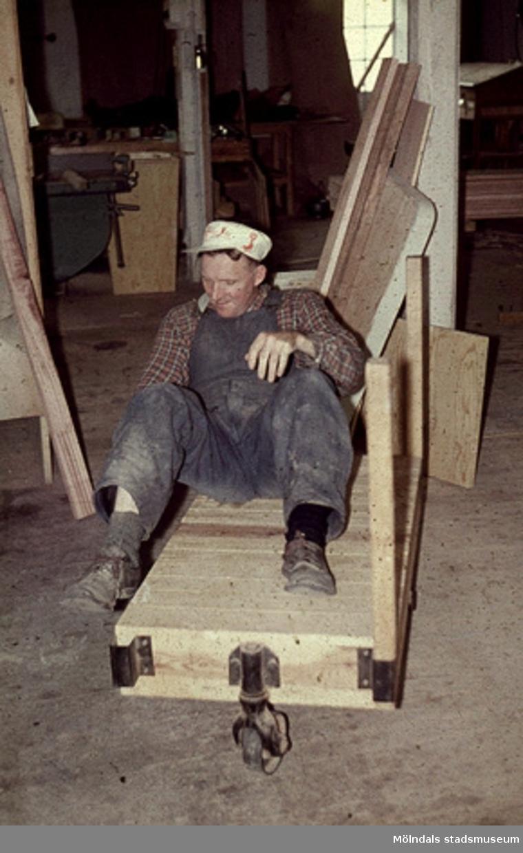 Gustav Claesson.Bilderna är tagna våren/sommaren 1960, ungefär där nu Almåsskolans slöjdsal är belägen i Lindome. Fabriken ägdes tidigare av Colldéns möbler. Fabrikslokalerna ägdes sedan av Hj.C.Samuelsons AB, som tillverkade i huvudsak butiksinredningar till Åhlen & Holms varuhus. Vid årsskiftet 1959-1960 flyttade Samuelson tillverkningen till Floda. Fabriken övertogs av AB Lamellplast, ett företag inom Persöner koncernen, Ystad. AB Lamellplast tillverkade båtar och en husvagnstyp av glasfiberarmerad polyesterplast. Plastmassan levererades av SOAB Mölndal.