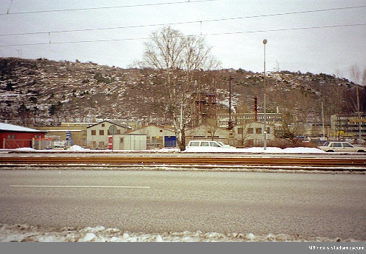 Akzo Nobel på Ågatan 44, Lackarebäck 2000-02-15.Akzo Nobel driver en verksamhet inom läkemedel, färg och kemi i ett 80-tal länder runt om i världen, varav ett 30-tal fabriker finns i Sverige.I området Bohus och Skoghall ansvarar Akzo Nobel Base Chemicals Sweden mest för den svenska kloralkaliverksamheten, vilket omfattar klor, natriumhydroxid, saltsyra och natriumhypoklorit. Man tillverkar också monoklorättiksyra (MCA) i Skoghall för Functional Chemicals räkning.