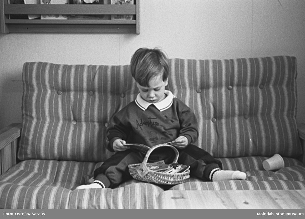 En pojke som läser.