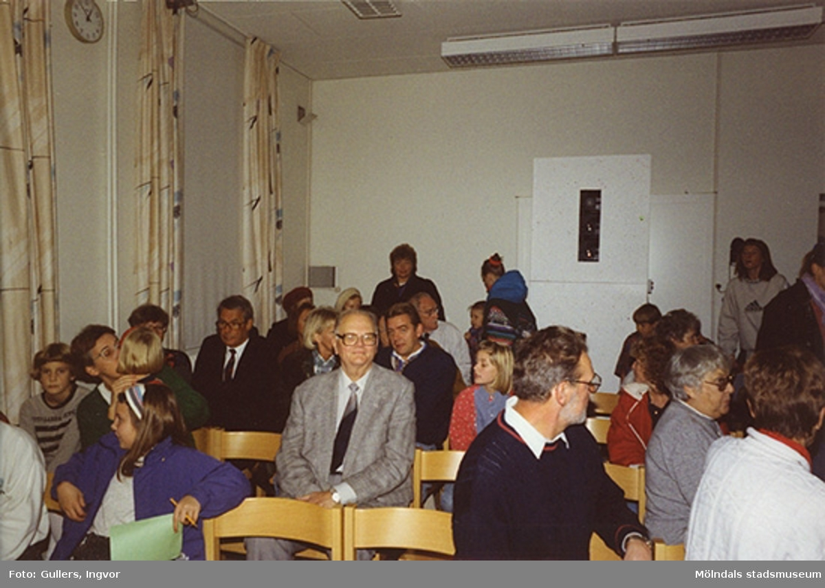 """Familjesöndag på Mölndals museum, 25 oktober 1992.Under söndagen kunde man delta i barnverkstad med käpphästtillverkning, se på modevisning med gamla baddräkter och lyssna på en paneldiskussion om """"samlande"""".Familjesöndagen är i samband med utällningen """"Gammalt skräp eller samlade minnen"""" 23 maj - 29 november 1992."""