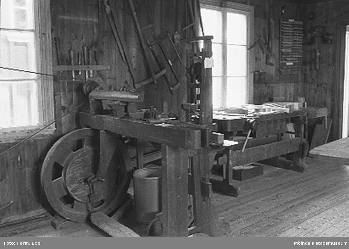 Svarv i snickarboden.Hembygdsgården/Börjesgården i Hällesåker, Lindome 1992-06-29.