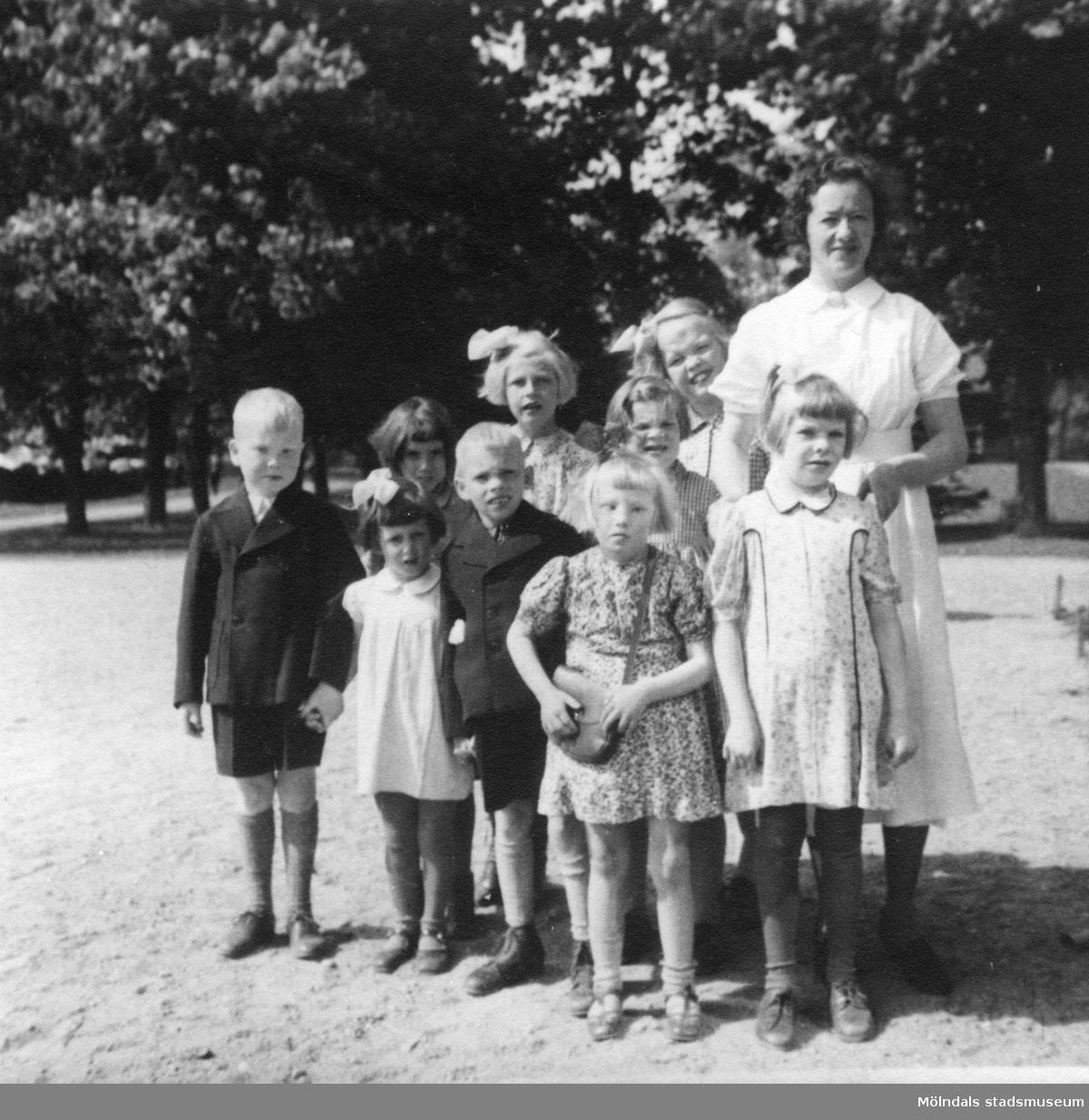 Sköterskan Anna Dahlborg med barn/ungdomar från Stretereds skolhem på utflykt i Kungsbacka.