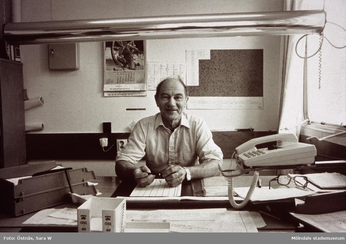 Erik Öberg, skiftförman, vid skrivbord på Papyrus i Mölndal, år 1990.