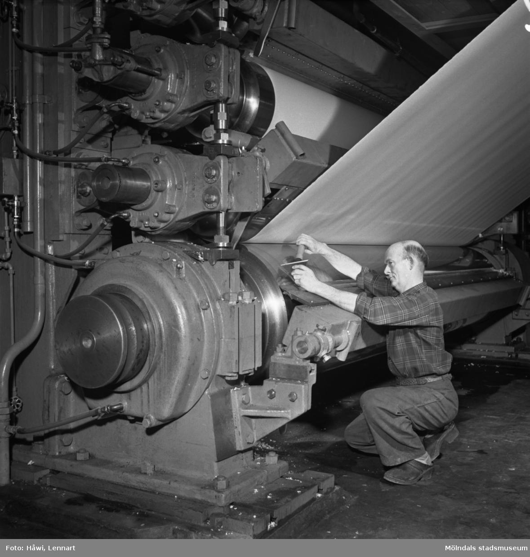 Man i arbete vid PM2, glätt på Papyrus i Mölndal, 12/7 1956.
